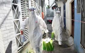 市青年醫師協會的醫護人員走進小巷為社區中的居家隔離新冠確診者查體發藥治療。(圖源:緣潘)