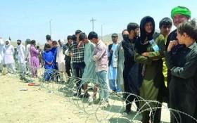 阿富汗民眾在喀布爾機場外排隊等待。(圖源:Getty Images)