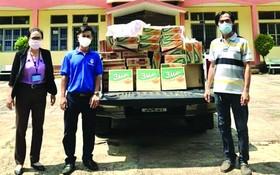 理事長凌欽廷(右)把濟品移交給各單位負責人。