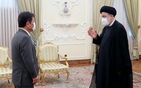 日本外相茂木敏充(左)與伊朗總統萊希在首都德黑蘭會晤。 (圖源:日本外務省)