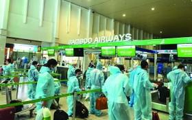 從本市回鄉的清化省居民在新山一機場辦理登機手續。