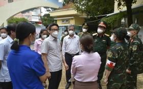 政府副總理武德膽親往視察第六郡第十一坊流動醫療站的疫情防控工作。(圖源:廷南)