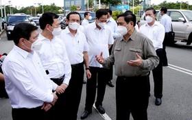 范明政總理與本市領導交換防疫意見。(圖源:越通社)