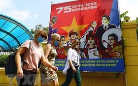 國際遊客戴著口罩走在奠邊府街上。(示意圖源:越通社)