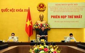 國會主席王廷惠(中)主持會議並發表講話。(圖源:Quochoi.vn)