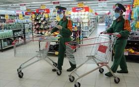 本市自23日起收緊社交隔離措施,軍人為民眾上超市代購必需品。(圖源:英秀)