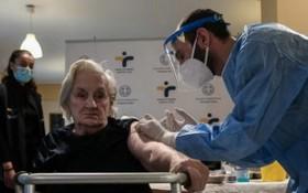 希臘首都雅典的一名大娘接受新冠疫苗注射。(圖源:互聯網)