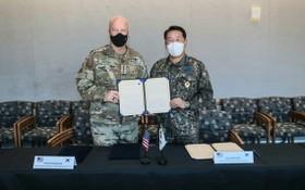 韓國空軍參謀總長朴仁虎和美軍太空作戰司令約翰‧雷蒙德簽署關於建立韓國空軍和美國太空軍例行太空政策協商機制的協議書。(圖源:韓聯社)