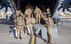 當地時間2021年8月28日,阿富汗喀布爾,英國軍隊登上一架A400M飛機撤離喀布爾。(圖源:互聯網)