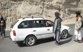 塔利班成員在阿富汗喀布爾的關卡檢查過往車輛。(圖源:新華社)