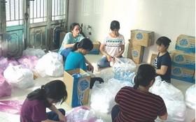 林蘭家(穿黑衣者)與家人準備慈善餐送給隔離區居民。