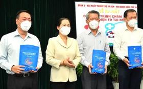市人民議會主席阮氏麗向第三郡新冠肺炎疫情防控指委會贈送藥袋。(圖源:越勇)