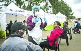 在南非約翰內斯堡,醫護人員給民眾講解檢測程序。(圖源:互聯網)