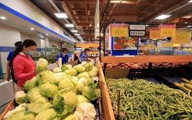 社交隔離期間,河內市民在 Co.opMart 超市選購農產品。 (圖源:越通社)