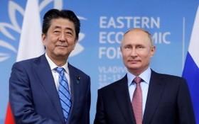 圖為 2018年9月10日,日本前首相安倍晉三抵達俄羅斯符拉迪沃斯托克,與俄羅斯總統普京會談。(圖源:Getty Images)