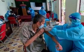 一名社會輔助對象在接受新冠疫苗注射。(圖源:成德)