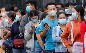 柬埔寨民眾排隊等候接種新冠疫苗。(圖源:EPA)
