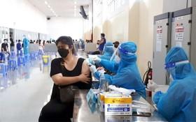 新順出口加工區工人們接受第二劑新冠疫苗注射。(圖源:越通社)