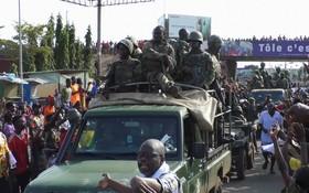 幾內亞發生政變後,有反對派支持者上街慶祝歡迎軍隊。(圖源: 路透社)
