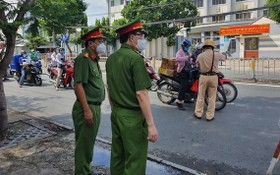 公安部副部長黎國雄少將親往視察第四郡阮必成街上的防疫檢查站工作。(圖源:市公安報)