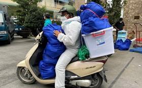 """市社會民生中心的SOS助民計劃成員準備起程將""""安生袋""""送到遇困民眾手上。"""