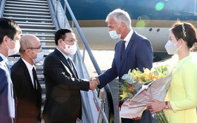 越南國會主席王廷惠抵達比利時首都梅爾斯布魯克軍用機場。(圖源:越通社)