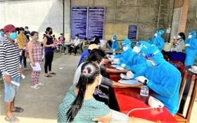 平陽省居民接種新冠疫苗。(圖源:香芝)