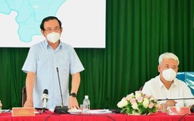 市委書記阮文年(左)在會議上發言。(圖源:越勇)