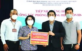 市越南祖國陣線委員會領導接收捐款與頒贈感謝狀。