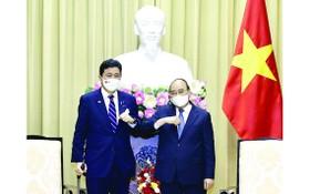 國家主席阮春福(右)接見日本防衛大臣岸信夫。(圖源:越通社)