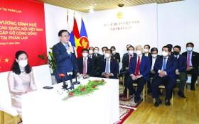 越南國會主席王廷惠拜訪越南駐芬蘭大使館工作人員。(圖源:越通社)