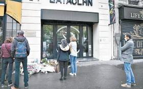 圖為2020年11月13日巴黎恐怖襲擊五週年,民眾在恐襲事發地之一巴黎巴塔克蘭劇院悼念。(圖源:Getty Images)