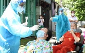 市民接受快速採樣檢測。(圖源:TPO)
