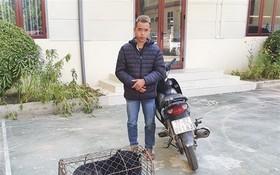 被扣押的非法販運黑熊者阮春德及一頭小黑熊的物證。(圖源:警方提供)