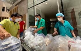"""""""越南加油!""""送飯車隊把膳食送到安平醫院。"""