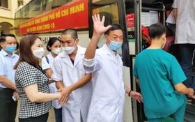 安沛省人委會副主席武氏賢幸(前左)向馳援本市抗疫的醫護人員親切握手並祝願抗疫成功歸來。(圖源:玉興)