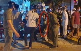 劫匪被當地民眾圍捕制服(紅圈示)。(圖源:Q.Vinh)