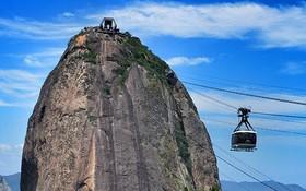 乘搭電纜車登上糖麵包山。