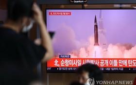 9月15日,在首爾火車站,民眾正在收看電視新聞節目,了解有關朝鮮試射彈道導彈的消息。 (圖源: 韓聯社)