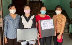 郡婦聯會主席陳氏雪幸(左一)贈送電腦 給受疫情影響少兒。