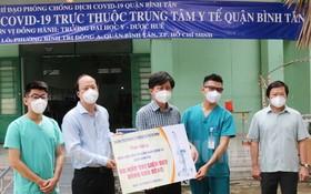 市委副書記阮胡海(左二)向平新郡新冠病例集中隔離區贈送醫療物資。(圖源:市黨部新聞網)