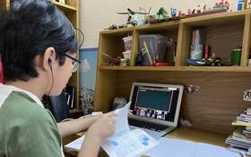 學生線上學習很需要父母幫助。