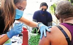 在洛杉磯,醫護人員為無家可歸者接種第一劑輝瑞疫苗。(圖源:AFP)
