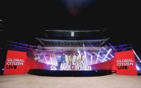 防彈少年團在崇禮門獻上表演。 (圖源:韓聯社)