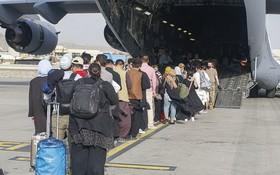 圖為 8月18日,阿富汗喀布爾國際機場撤離期間,撤離人員有秩序地登上美軍一架波音C-17環球霸王III撤離。(圖源:Getty Images)