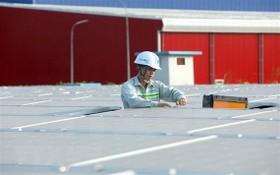 技術人員檢查太陽能發電系統。