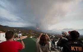 9月23日,人們在西班牙拉帕爾馬島觀看火山噴發。(圖源:新華社)