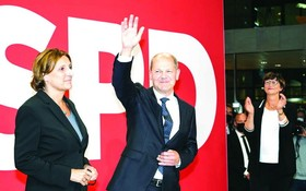 德國社民黨總理候選人朔爾茨(左二)向支持者揮手致意。(圖源:互聯網)
