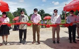 越南駐西哈努克省總領事與貢布市領導出席友誼橋路項目落成剪綵儀式。(圖源:越通社)