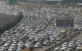 抗議農民封鎖了進出新德里的部分公路和鐵路,交通出現嚴重擁堵。(圖源:互聯網)